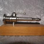 Strålerør Metal, træsokkel. Længde 160 mm. Dkr : 375,00
