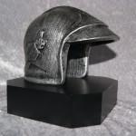 Brandhjelm Metal, sort træsokkel. Højde : 160 mm - ca 2,8 kg. Dkr : 575,00